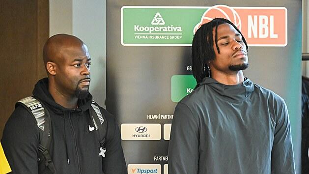 Jindřichohradeckı trenér Gilbert Abraham (vlevo) a jeho rozehrávač Torin Dorn na tiskové konferenci Kooperativa NBL