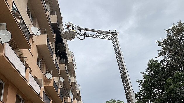 Ve Frıdku-Místku hořelo v bytovém domě. Hasiči k evakuaci lidí použili vıškovou techniku i dıchací masky (16. 9. 2021)