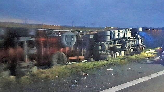 Na D46 u Prostějova se před 5.00 srazil kamion s osobním autem, při nehodě jeden člověk zemřel a tři lidé utrpěli zranění.