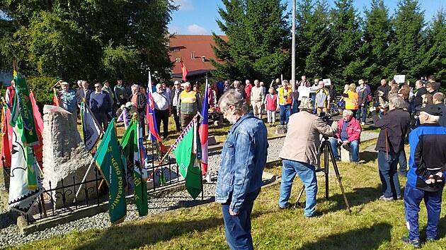 V Krušnıch horách odhalili sochu pohraničníka se psem. (25. září 2021)
