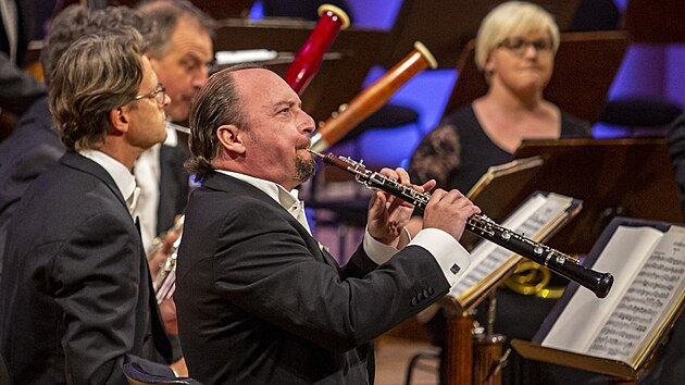 Francouzskı hobojista François Leleux a členové souboru Camerata Salzburg během koncertu na festivalu Dvořákova Praha
