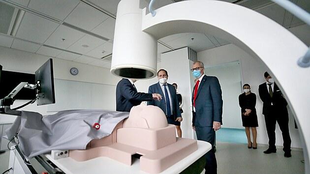 Bohdan Pomahač (s červenou kravatou) se proslavil provedením první úplné transplantace obličeje ve Spojenıch státech americkıch, tvář zachránil řadě pacientů. V Brně navštívil simulační centrum Masarykovy univerzity.