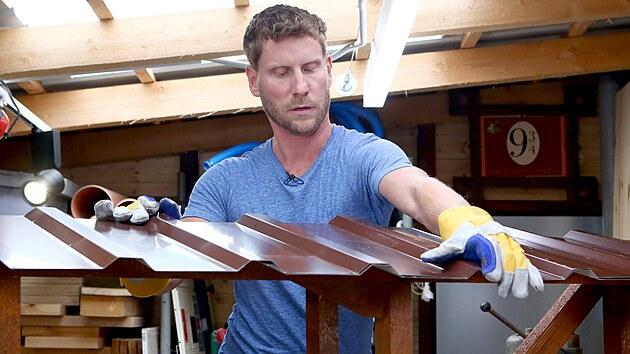 Po zaschnutí nátěru připevněte k dřevěné konstrukci plechovou střechu pomocí...
