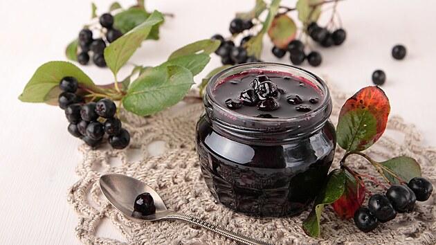 Džem z aronie má nádhernou tmavou barvu a příjemně vıraznou chuť.