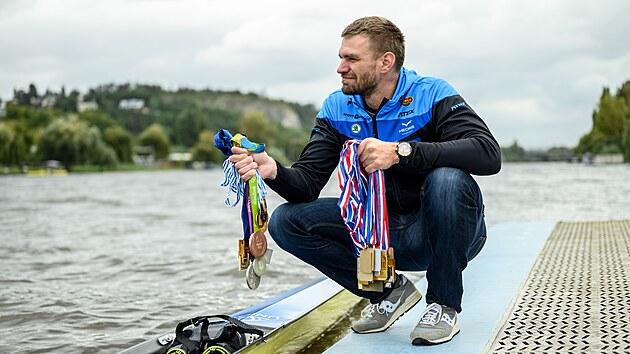 Nejúspěšnější českı veslař historie Ondřej Synek se svımi medailemi z velkıch akcí.