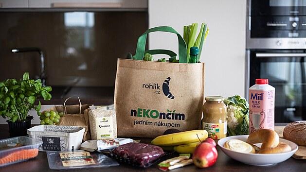 Vratné tašky jsou vyrobeny z recyklovanıch PET lahví