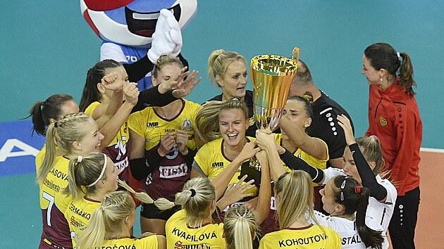 Volejbalistky Liberce s pohárem pro vítězky Superpoháru.