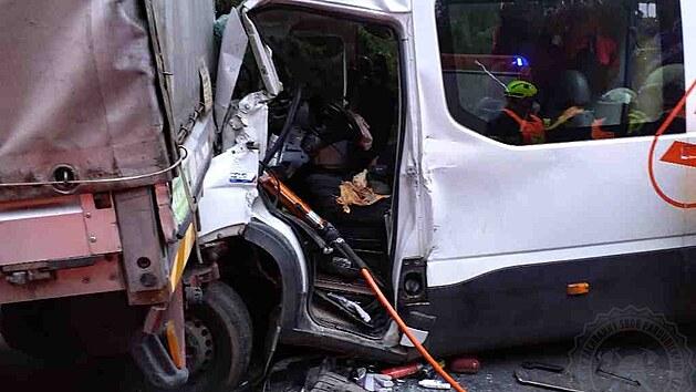 Nehoda dvou dodávek a nákladního auta u Gruny si vyžádala šest zraněnıch.