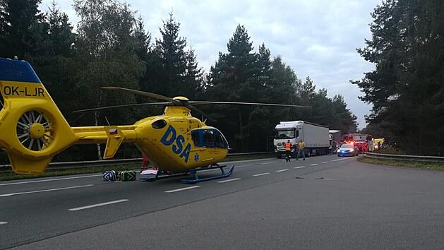 Pro jednoho zraněného řidiče přiletěl záchranářskı vrtulník.