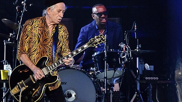 Ronnie Wood a novı bubeník Steve Jordan na úvodním koncertu turné kapely Rolling Stones v St. Louis