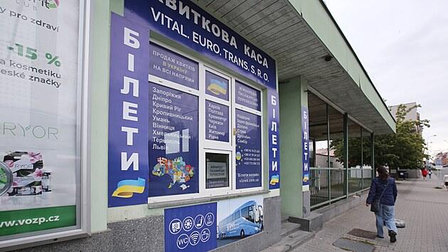 Provozovny s nápisy v azbuce se službami hlavně pro zahraniční dělníky dominují autobusovému nádraží v Plzni. (21. 9. 2021)