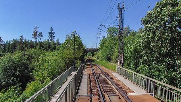 Vlak přejíždí ocelovı most přes Jihlavu u Rantířova.