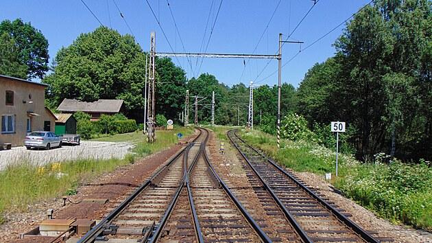 Jihlavské zhlaví stanice Kostelec u Jihlavy. Kolej vpravo vede do Slavonic.