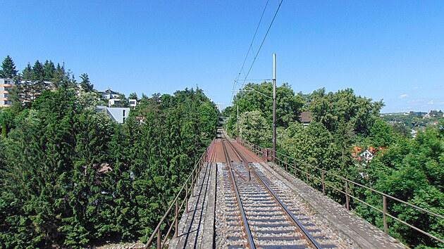 V Jihlavě vede trať přes řadu viaduktů, tento překonává řeku Jihlavu.