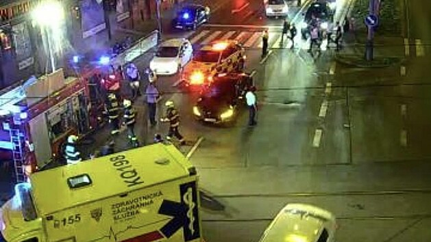 Nehoda automobilu a dvou chodců na křižovatce ulic Argentinská a Plynární v Praze. (25. září 2021)