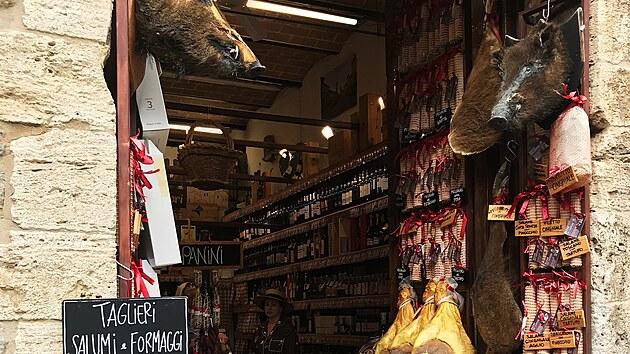 Obchůdek se specialitami z masa divočáků v San Gimignanu