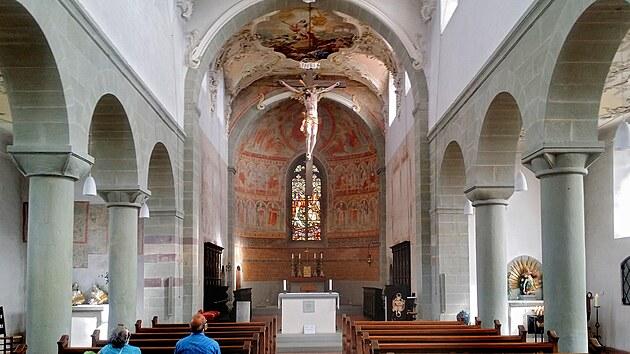Interiér baziliky sv. Petra a Pavla zdobí karolinské malby.