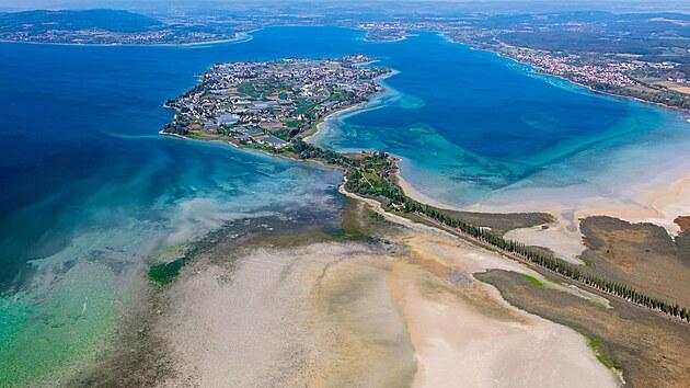 Ostrov je spevninou spojen sypanou hrází s topolovou alejí.
