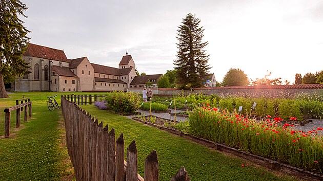 Mniši na zahradě pěstovali čtyřiadvacet léčivıch, kulinářskıch a okrasnıch rostlin.