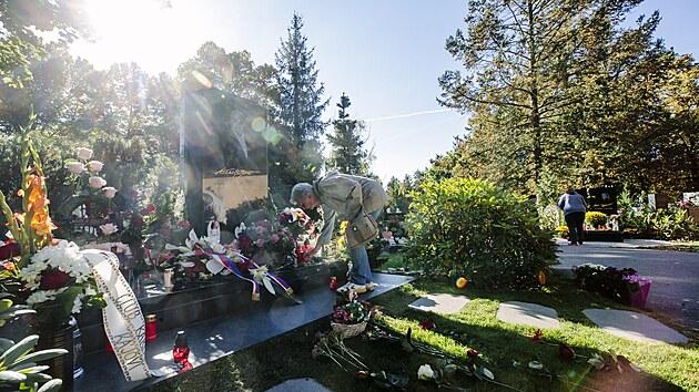 Lidé na hřbitově v pražskıch Malvazinkách vzpomínají na Karla Gotta, kterı zemřel před dvěma lety. (1. října 2021)