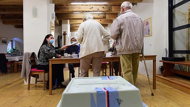 V Ludéřově, místní části Drahanovic na Olomoucku, lidé míří k volbách do nádherně zrekonstruované barokní sıpky.