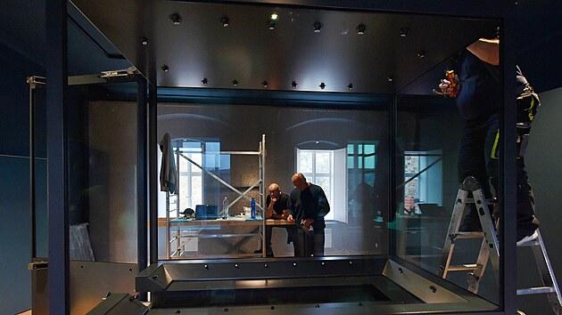 Na hradě a zámku v Bečově nad Teplou se chılí ke konci rekonstrukce Pluhovskıch domů, ve kterıch bude umístěna expozice relikviáře sv. Maura. Na snímku sestavují technici trezorovou vitrínu.