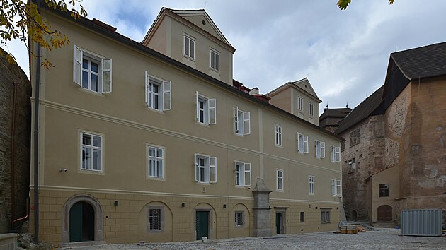 Na hradě a zámku v Bečově nad Teplou se chılí ke konci rekonstrukce Pluhovskıch domů, ve kterıch bude umístěna expozice relikviáře sv. Maura.
