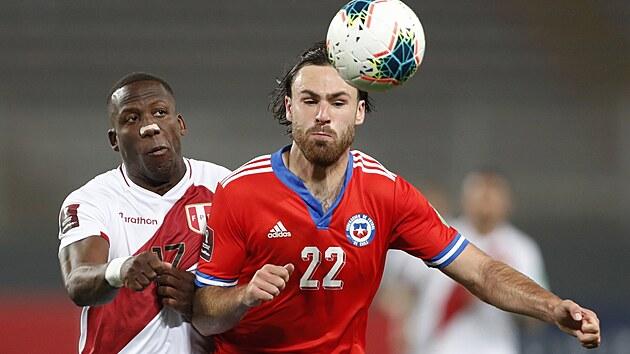 Chilskı reprezentant Ben Brereton Díaz v akci během kvalifikačního utkání o mistrovství světa proti Paraguayi.