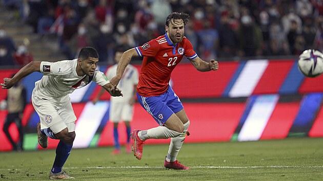 Chilskı reprezentant Ben Brereton Díaz (vpravo) v akci během kvalifikačního utkání o mistrovství světa proti Paraguayi.