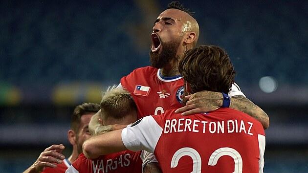 Gólová radost fotbalistů Chile, na snímku i anglickı rodák Ben Brereton Díaz.