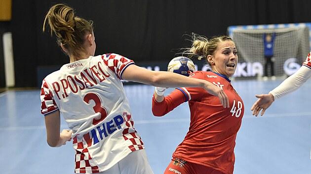 Česká házenkářka Sára Kovářová (vpravo) se napřahuje v utkání proti Chorvatsku.
