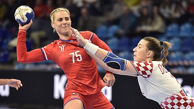 Češka Michaela Holanová atakovaná Anou Debeličovou z Chorvatska.