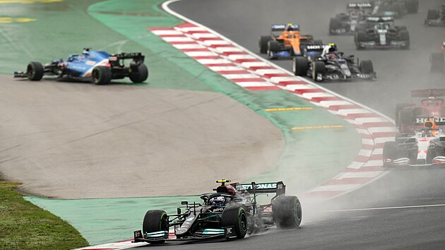 Momentka z Velké ceny Turecka formule 1, v čele je Valtteri Bottas.