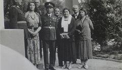 Jediná dostupná fotografie Běly Syrové (třetí zprava), druhá polovina 30. let.(První zprava Jaroslava Eliášová, čtvrtı zprava generál Eliáš, třetí zleva generál Syrovı).