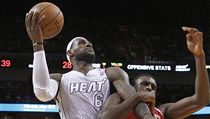 Basketbalista Miami Heat LeBron James (vlevo) a Chris Singleton z Washingtonu Wizards | na serveru Lidovky.cz | aktu�ln� zpr�vy