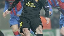 Barca's Lionel Messi weaves his way through the Plzeň defense in a virtuoso performance