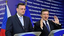 Czech PM Petr Nečas (left) and EU Commission president Barroso spell out the seriousness of the EU funding issue