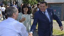 Prezident Republiky srbské Milorad Dodik (vpravo) se zdraví se svım příznivcem.
