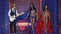 Přehlídka Victoria´s Secret. Na pódiu vystoupil kromě krásnıch modelek i zpěvák...