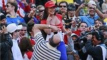 Larissa Riquelme se fotí s fanoušky
