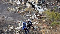 Dvojice francouzských záchranářů mezi úlomky zříceného stroje společnosti Germanwings.