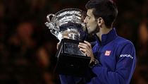 Novak Djokovic of Serbia kisses his trophy aloft after defeating Andy Murray of... | na serveru Lidovky.cz | aktu�ln� zpr�vy