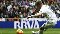 Real Madrid's Toni Kroos scores a goal