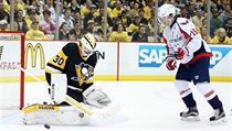 Brank�� Pittsburgh Penguins Matt Murray (30) zasahuje proti st�ele centra Washington Capitals Nicklase Backstroma (19) b�hem t�et� t�etiny.