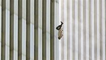 Snímek věže z Světového obchodního střediska (WTC) v New Yorku ukazuje člověka,...
