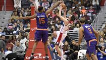 Hráč týmu Phoenix Suns, Alan Williams, blokuje Tomáše Satoranského v dresu Washington WIzards