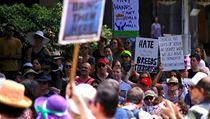 Demonstranti s transparenty v Sydney protestovali proti Trumpovu dočasnému blokování uprchlíků.