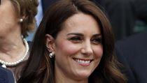 Kate, vévodkyně z Cambridge, se usmívá v čestné lóži centrkurtu během 1. kola...