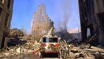 Trosky World Trade Center: V pozadí stoupá kouř z hořících jedů.