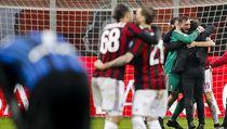 Brankář AC Milán Antonio Donnarumma (v zeleném dresu) slaví postup před Inter...